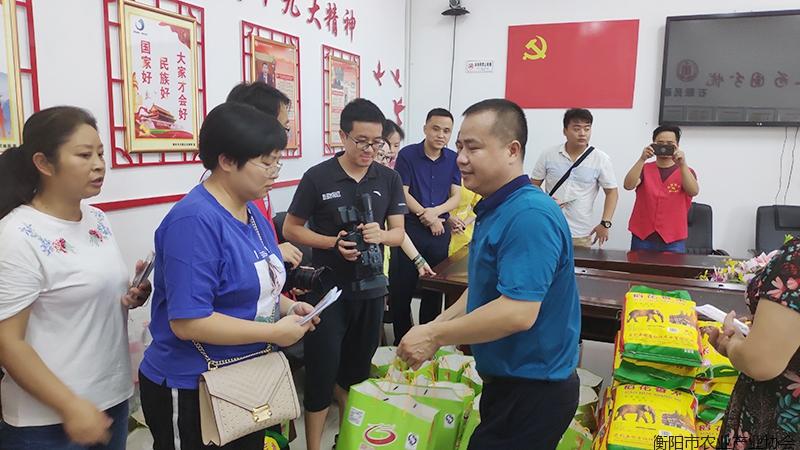 君玲食品向石鼓区洪灾受灾群众捐赠爱心物资